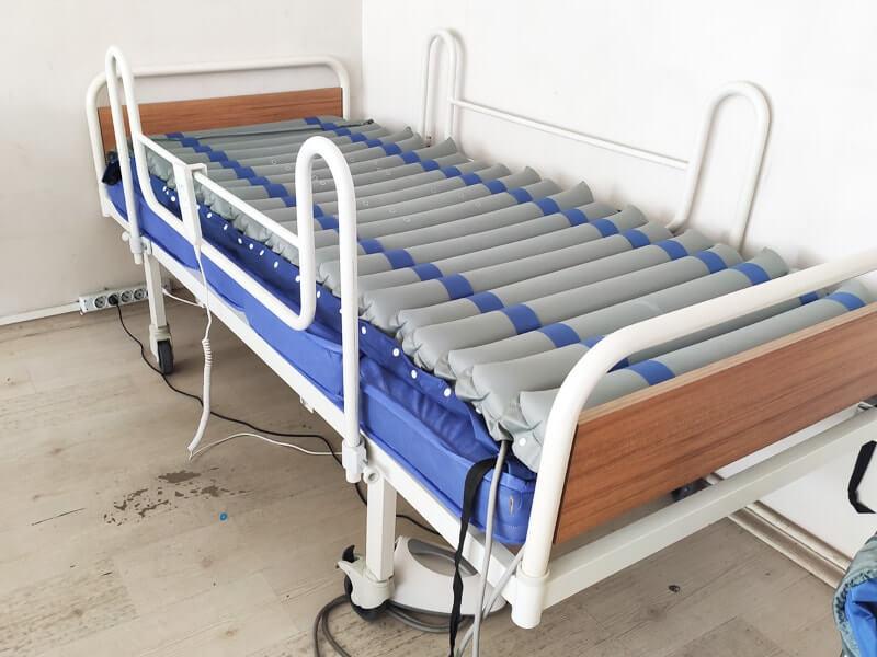 Konforlu bakım için havalı hasta yatağı